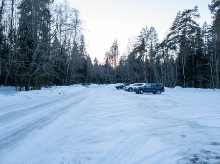 The Cars in the woods in winter. SUVs in the forest. Cars in the forest close up. Standard-Bild - 117520998