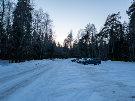 The Cars in the woods in winter. SUVs in the forest. Cars in the forest close up. Standard-Bild - 117522492