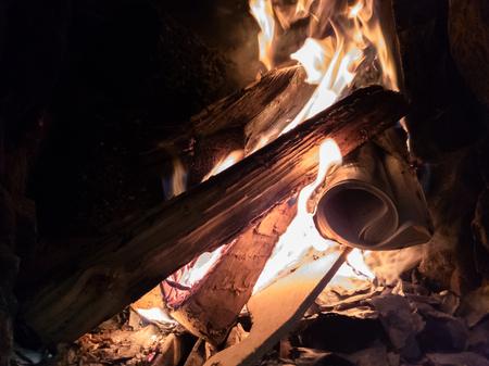 Primo piano del fuoco ardente nella fornace Archivio Fotografico