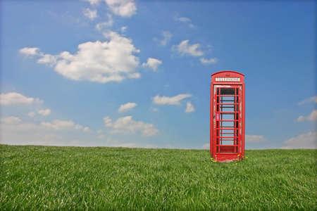 cabina telefonica: Cl�sico brit�nico Tel�fono Cabina aislada en el campo Foto de archivo