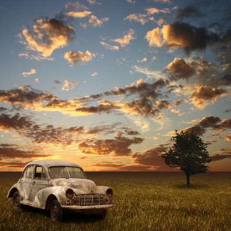 abandoned car: Un viejo coche abandonados con Puesta del sol