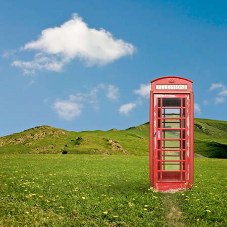 cabina telefonica: Un stand de telef�nica brit�nica en el campo