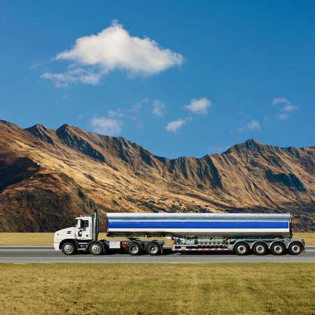 Un camiones en la carretera con montañas Foto de archivo - 7124708