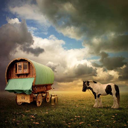 animaux cirque: Un vieux Gypsy caravane, Roulotte, wagon avec un cheval