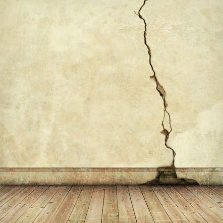 floorboards: Una vieja pared Cracked con tablones de madera