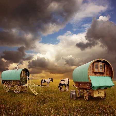 gitana: Caravanas gitanas viejas, remolques, vagones con caballos Foto de archivo