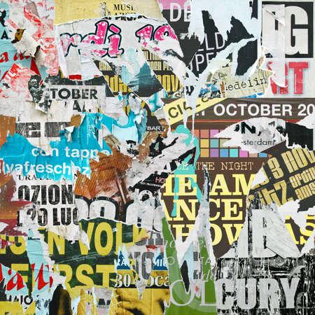grafitis: Un fondo del grunge con viejos carteles rasgados