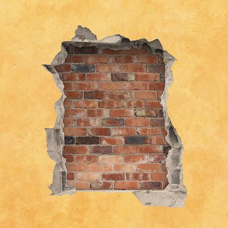 pared rota: Un agujero en una pared con el fondo rojo de ladrillo