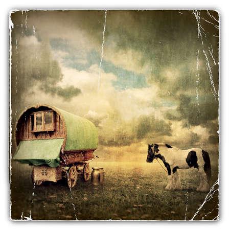 오래 된 집시 캐 러 밴, 트레일러, 말과 왜건의 오래 된 빈티지 사진