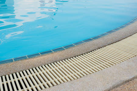 Swimming Pool Overflow Drainage Grating, clear blue pool water. Grating is made of plastic material, resistant to heat and shock, non-slip, not dirty when used for a long time. Foto de archivo