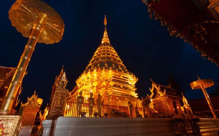 The golden pagoda of Doi Suthep, a beautiful glow at night. Beautiful public tourist spots in Chiang Mai, Thailand. Imagens
