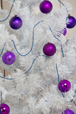 White Christmas tree with purple ornaments, balls Stockfoto