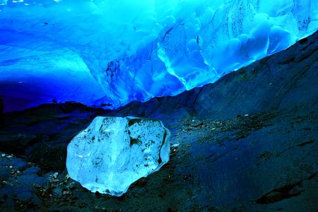 氷の洞窟、メンデン ホール氷河、ジュノー、アラスカ、米国