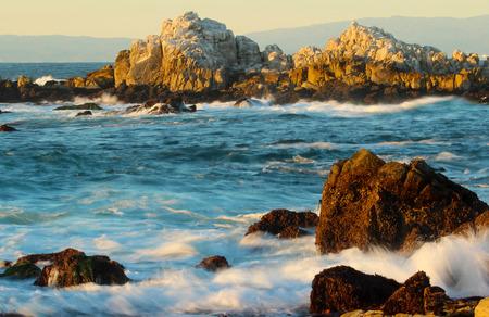 モントレーとカーメルの近くの美しい岩の海岸線,カリフォルニア州, アメリカ合衆国
