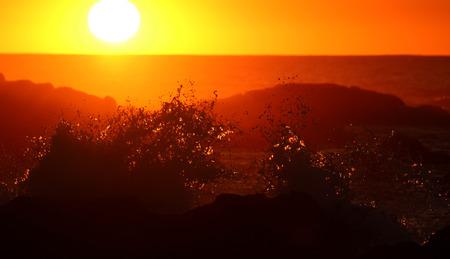 日没時の海の波のクラッシュ