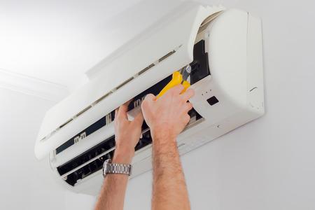 エアコン フィルター掃除 写真素材 - 42656810