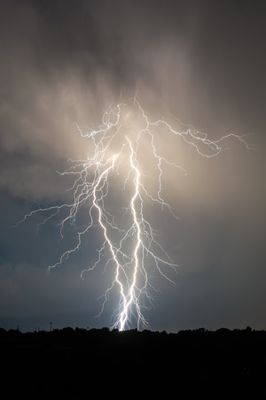 energia electrica: rayos y nubes en tormenta de la noche del paisaje Foto de archivo