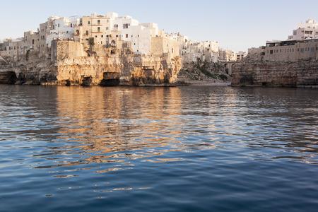 yegua: Polignano a Mare Bari de la vista del mar Foto de archivo