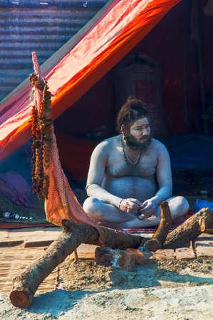 hindues: Kumbhamela es una peregrinación hindú masa de fe en la que los hindúes se reúnen para bañarse en un río sagrado.