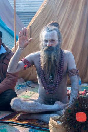 hindus: Kumbhamela es una peregrinaci�n hind� masa de fe en la que los hind�es se re�nen para ba�arse en un r�o sagrado.