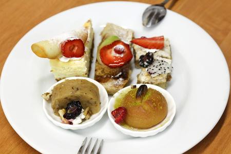 dessert plate: Piatto dessert servito con cinque diversi dessert.