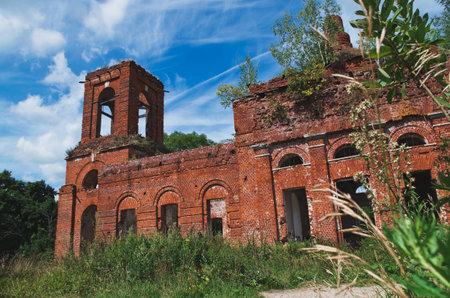 Abandoned temple. Church of the Transfiguration of the Savior. Russia Tula region. Redactioneel