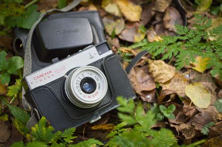 The old Soviet camera Smena 8M in the autumn forest. Stockfoto