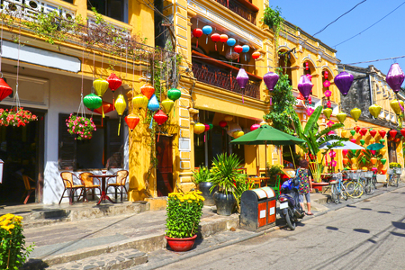 Sunny day at Hoian Ancient town, colourful houses. Colourful buildings with festive silk lanterns. UNESCO heritage site. Vietnam 報道画像