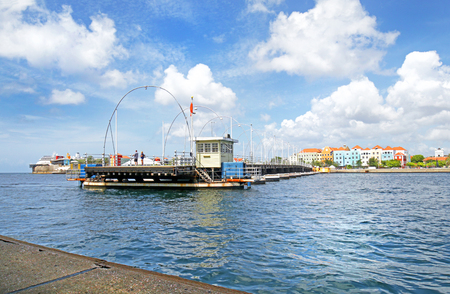 Willemstad, Curacao- Queen Emma Pontoon Bridge.  It is a swing bridge that opens to allow boats to enter St Anna Bay 版權商用圖片