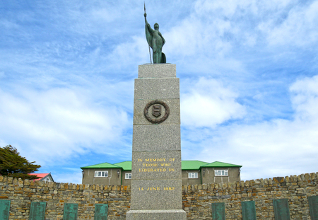 Liberation Monument in Stanley, capital of the Falkland Islands, a British overseas Territory.  To commemorate the Falklands War. Government House in the background. 報道画像