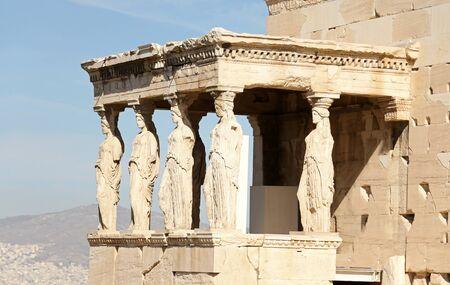 Die Steinveranda des Erechtheum-Tempels mit Karyatiden im Erechtheion auf der Akropolis, Athen, Griechenland