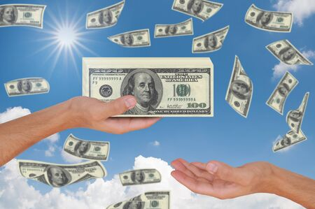 pick money: Mano que da 100 d�lares a otra mano Foto de archivo