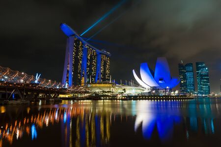 sand harbor: SINGAPORE-25 dicembre Laser show presso il Marina Bay Sands di Singapore complesso Marina Bay Sands � un resort integrato e il mondo Editoriali