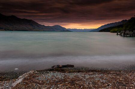 Ciel rouge avec passerelles en bois
