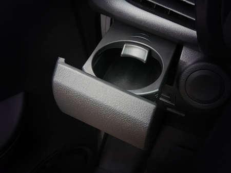 Portavasos en el coche con cerradura. Foto de archivo