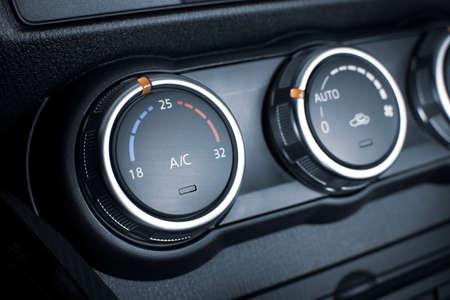 Pulsante del condizionatore d'aria per la regolazione del clima della temperatura in un'auto.