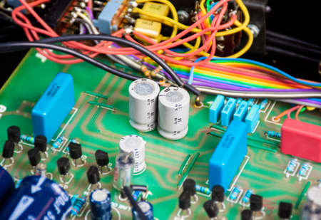 Non polarized capacitor row on electronic circuit board and electronics component