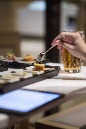 working woman: Donna lavoratrice mangiare cocktail cibo con la forchetta