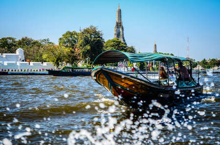 wat arun: Thai boat, Wat Arun, Bangkok, Thailandia Editorial