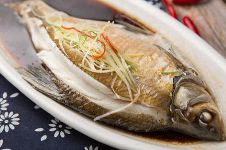 Peixe feixe Wuchang cozido no vapor