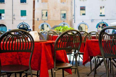 restaurante italiano: Restaurante italiano con mesas rojas