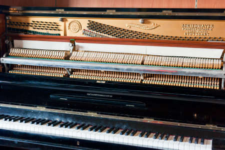 rechtop: Open piano-mechanisme