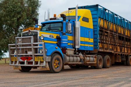 Train routier voyageant dans le d�sert australien