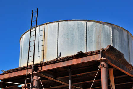 dep�sito agua: Tanque de agua, Marree, Australia del Sur Foto de archivo