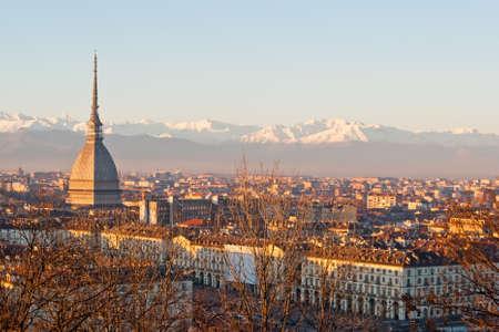 Turin (Torino), panorama au coucher du soleil avec les Alpes et le Mole