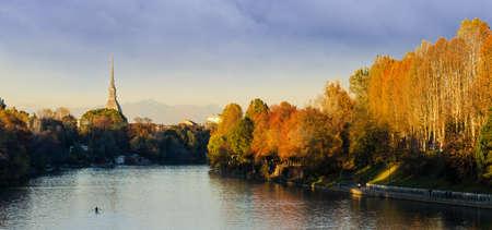 Turin Torino, panorama avec Mole Antonelliana et de la rivi�re Po