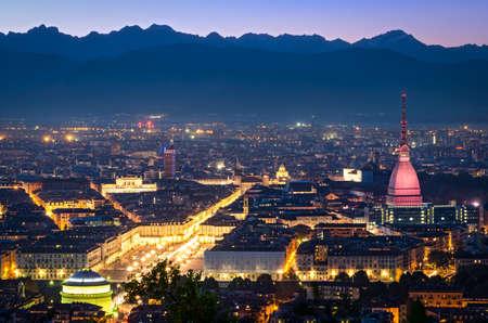 Turin (Torino), Panorama bei Nacht Standard-Bild - 32894988