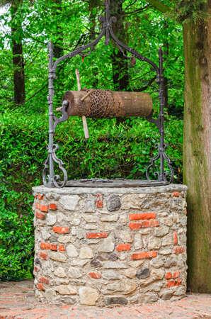 seau d eau: Vieux puits d'eau en pierre Banque d'images
