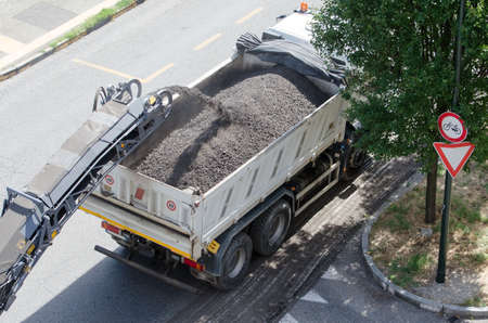 asphalting: Works for road asphalting