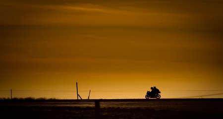 motociclista: Moto in su una strada nel tramonto  Archivio Fotografico